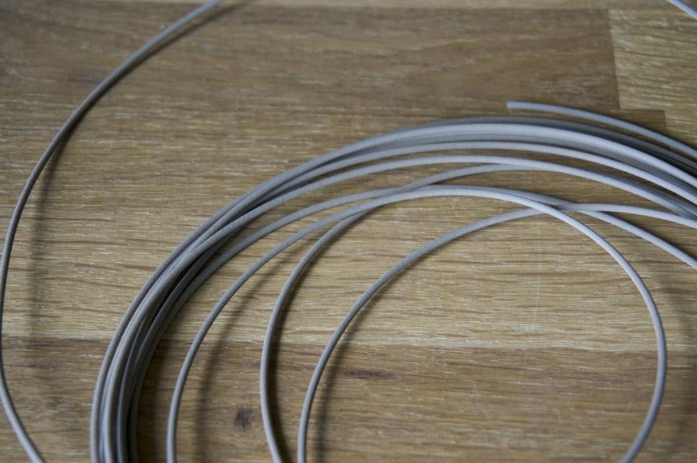 Le fil ressemble à un concrétion de particules